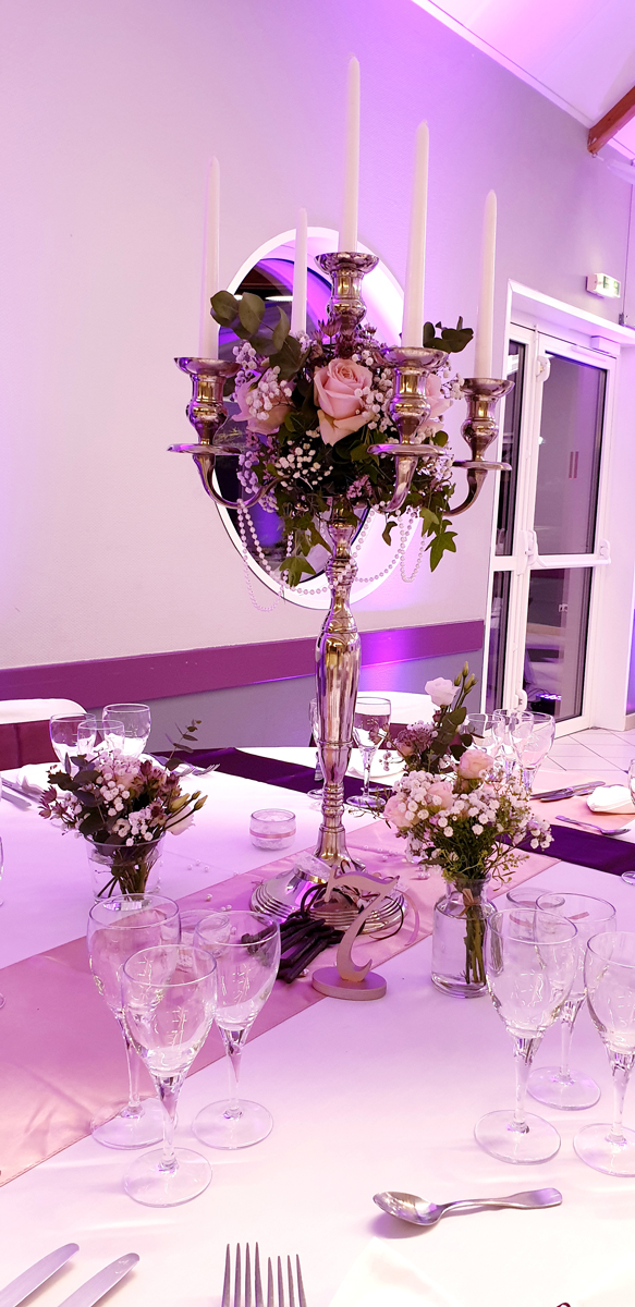 centre-de-table-mariage-chandelier--chemin-de-table-rose--noued-de-chaise-violet-entr-e2