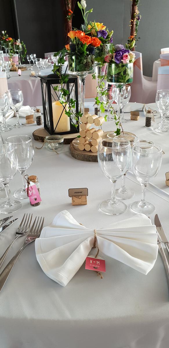 décoration-de-table-champêtre--pliage-serviette-papillon--centre-de-table-champêtre--lenterne--nappe-blanche-entr-e2