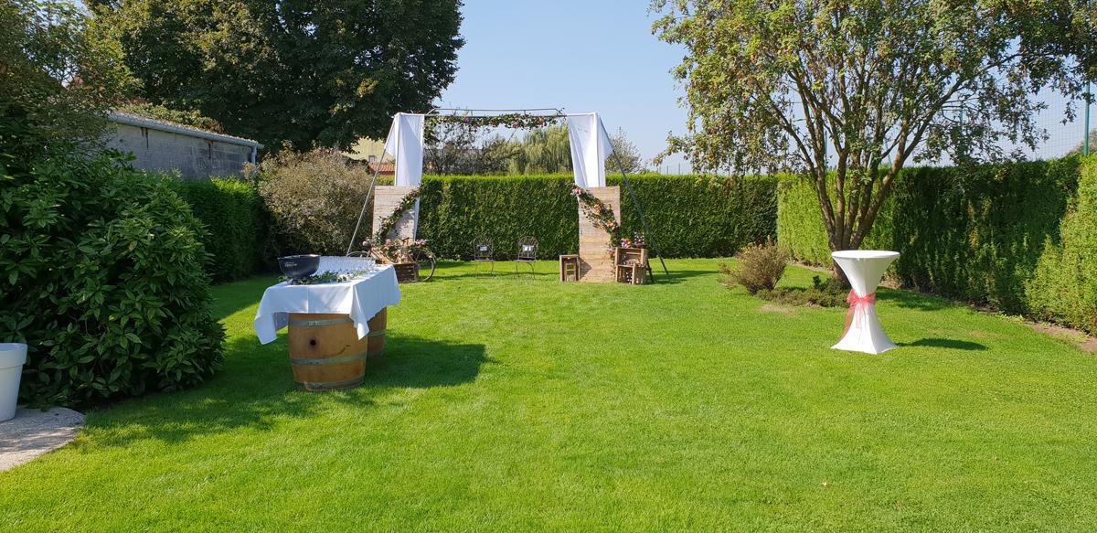 décoration-extérieur-mariage-champêtre--mange-debout--tonneaux-entr-e2