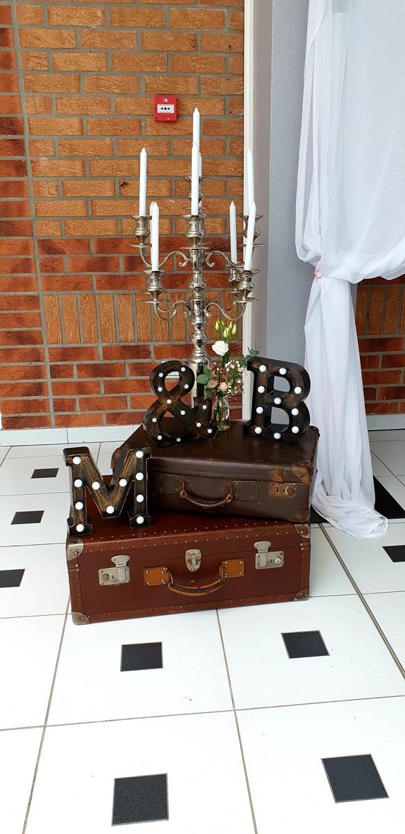 décoration-mariage-valise-chandelier-lettre-lumineuse-vintage-chic-entr-e2