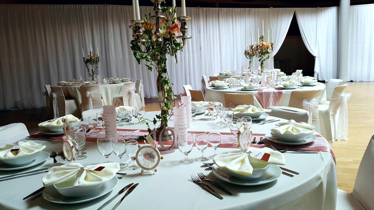 décoration-rideau-mariage--centre-de-table-chandelier-housse-de-chaise-blanche--nappe-blanche---table-ronde-entr-e2