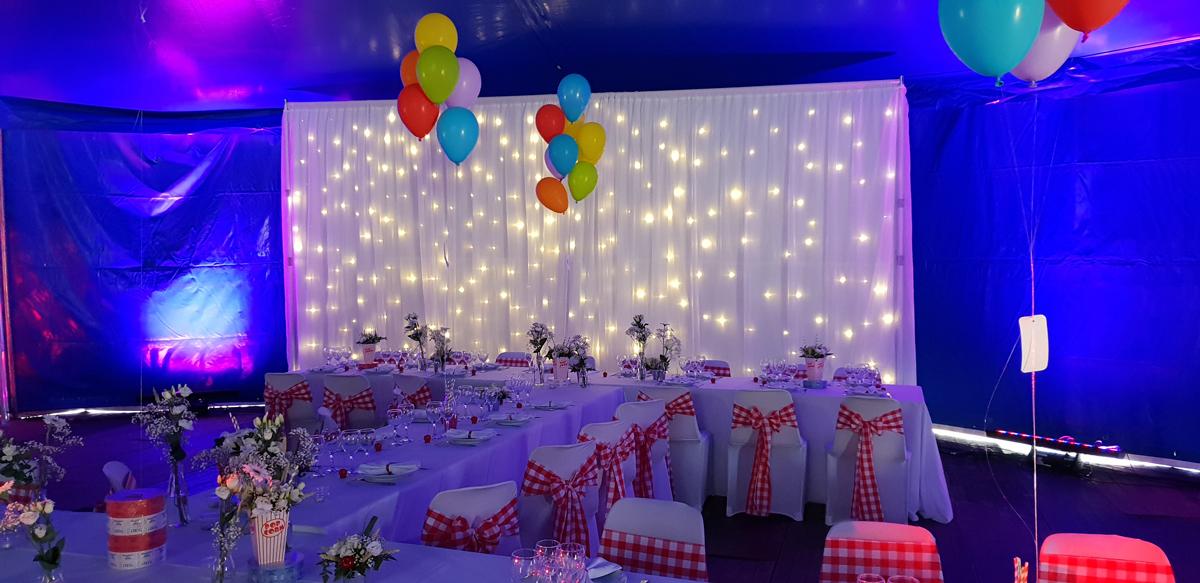 rideau-lumineux-ballon-numero-de-table-noeud-de-chaise-vichy-chapiteau-de-cirque-mariage-pop-corn