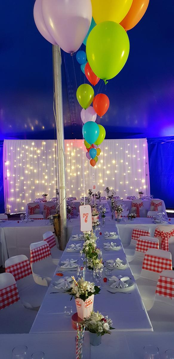 rideau-lumineux-ballon-numero-de-table-noeud-de-chaise-vichy-chapiteau-de-cirque-mariage