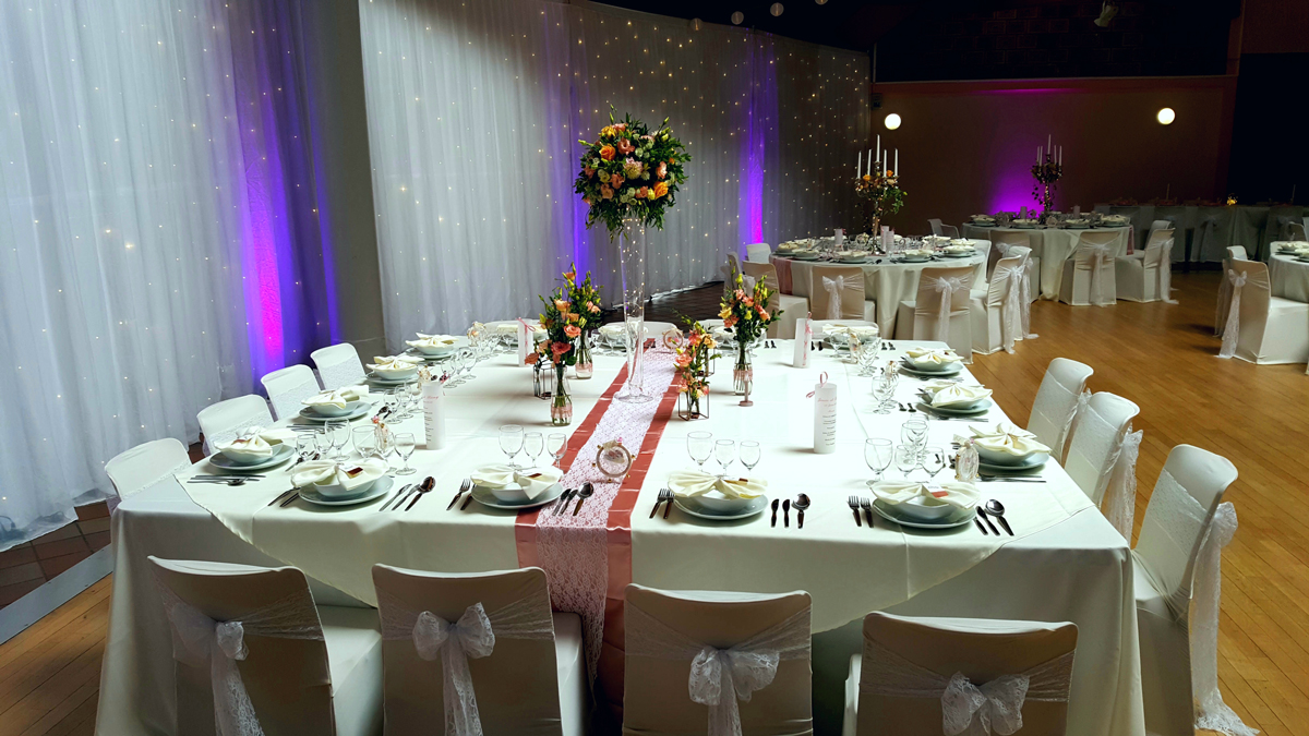 table-carré-mariage-décoration-lumineuse-chemin-de-table-rose-et-dentelle-entr-e2